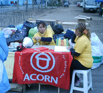 ACORN members collect donations at Palermo, Lima to deliver to earthquake victimsin Chincha.
